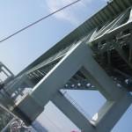 連絡橋を見上げる