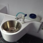新装備のギャレーシンクと清水ポンプ