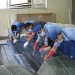 FRP積層作業は、青木ヨットが設定した工程表に従って手順通りに実施する