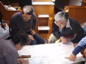 キャビンで航海計画を練る